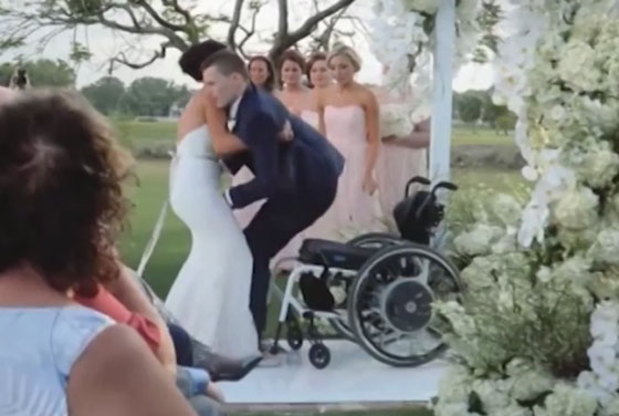 صورة رقم 2 - فيديو مؤثر.. عروس تساعد عريسها المشلول للمشي يوم الزفاف