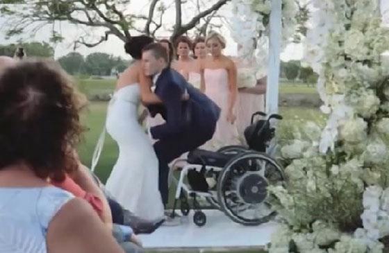 صورة رقم 1 - فيديو مؤثر.. عروس تساعد عريسها المشلول للمشي يوم الزفاف