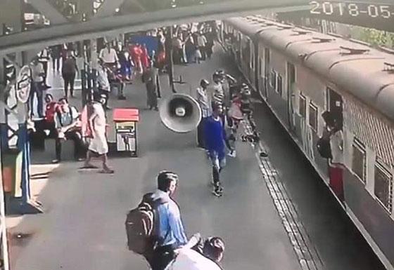 فيديو مثير: انقاذ طفلة في اللحظة الأخيرة من الموت تحت عجلات قطار! صورة رقم 4