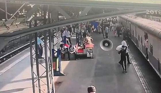 فيديو مثير: انقاذ طفلة في اللحظة الأخيرة من الموت تحت عجلات قطار! صورة رقم 1