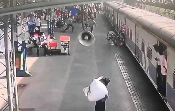 فيديو مثير: انقاذ طفلة في اللحظة الأخيرة من الموت تحت عجلات قطار! صورة رقم 2