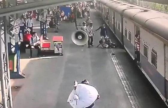 فيديو مثير: انقاذ طفلة في اللحظة الأخيرة من الموت تحت عجلات قطار! صورة رقم 3