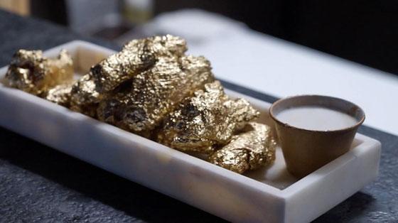 بالفيديو: أجنحة دجاج متبلّة بالذهب..فكم يبلغ سعرها؟ صورة رقم 1