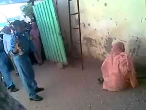 بالفيديو.. الشرطة السودانية تعاقب امرأة بالجلد تزوجت دون موافقة والدها صورة رقم 3