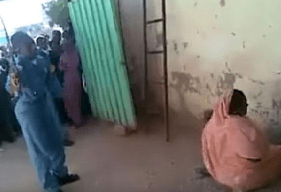 بالفيديو.. الشرطة السودانية تعاقب امرأة بالجلد تزوجت دون موافقة والدها صورة رقم 2