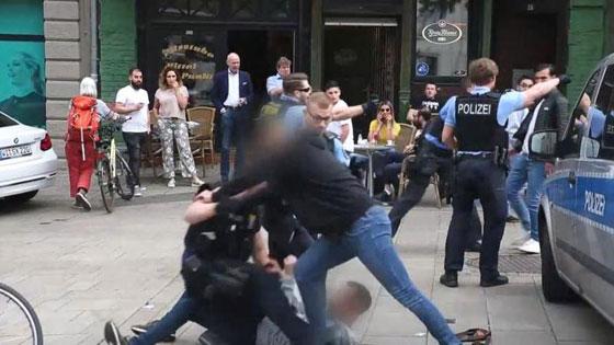 فيديو صادم: افتتاح مطعم هامبرغر بألمانيا كاد أن يتحول إلى كارثة صورة رقم 3
