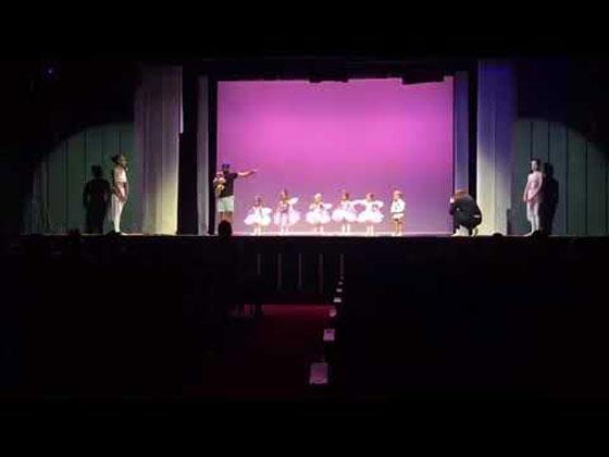 فيديو طريف: أب رائع يرقص الباليه مع ابنته على المسرح ليشجعها بعد ان بكت  صورة رقم 1