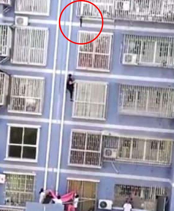 صورة رقم 3 -  الرجل العنكبوت ينقذ طفلاً متدلياً من عمارة شاهقة! .. للفيديو