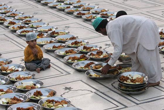 صورة رقم 1 -  بالفيديو والصور.. جولة حول موائد إفطار المسلمين في انحاء العالم