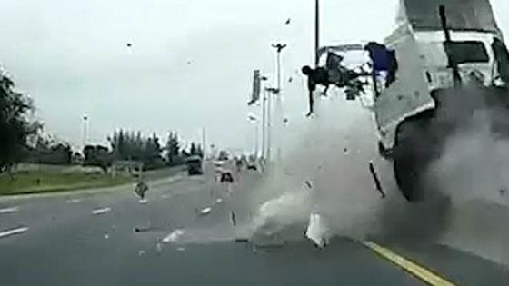 صورة رقم 1 - فيديو وصور مروعه: سائق شاحنة يطير في الهواء بعد ان نام اثناء القيادة!