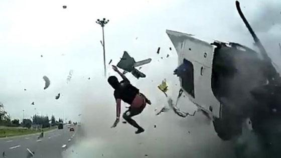 فيديو وصور مروعه: سائق شاحنة يطير في الهواء بعد ان نام اثناء القيادة! صورة رقم 2