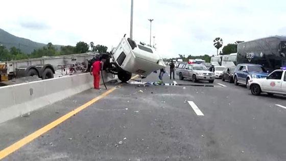 صورة رقم 2 - فيديو وصور مروعه: سائق شاحنة يطير في الهواء بعد ان نام اثناء القيادة!