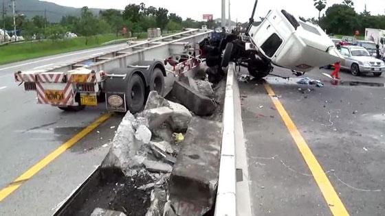 فيديو وصور مروعه: سائق شاحنة يطير في الهواء بعد ان نام اثناء القيادة! صورة رقم 4
