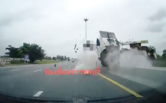صورة رقم 3 - فيديو وصور مروعه: سائق شاحنة يطير في الهواء بعد ان نام اثناء القيادة!