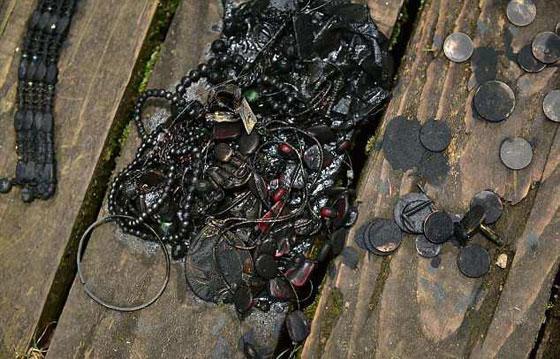 شاب محظوظ، عثر على خزنة مليئة بالمجوهرات في أول رحلة صيد صورة رقم 4