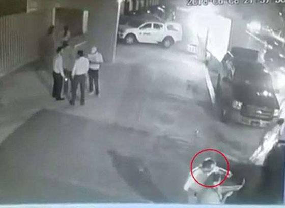 فيديو مروع.. شاهدوا لحظة اغتيال سياسي مكسيكي أثناء التقاطه سيلفي مع إحدى المعجبين  صورة رقم 2