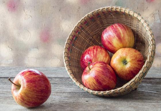 لترطيب الجسم خلال الليل.. فوائد تناول التفاح قبل النوم صورة رقم 4