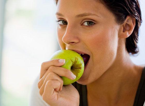 لترطيب الجسم خلال الليل.. فوائد تناول التفاح قبل النوم صورة رقم 2