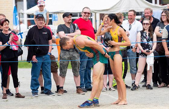 بالفيديو والصور.. زوجان ليتوانيان يفوزان ببطولة العالم لحمل الزوجات صورة رقم 4