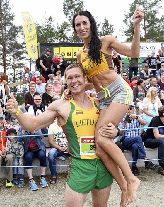 بالفيديو والصور.. زوجان ليتوانيان يفوزان ببطولة العالم لحمل الزوجات صورة رقم 1