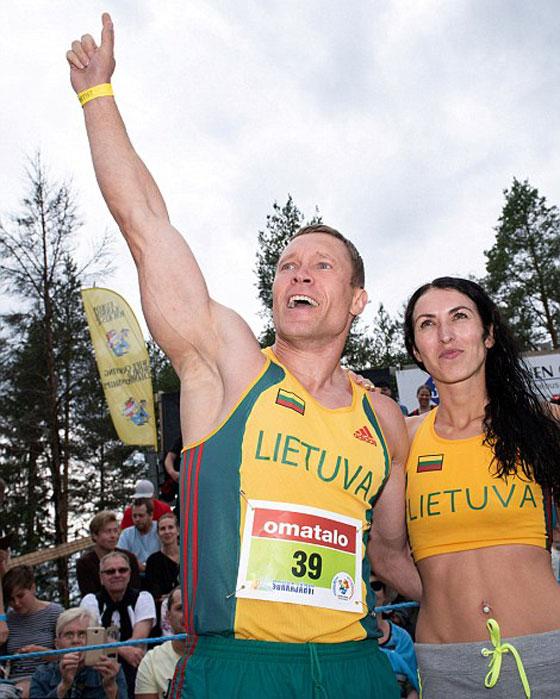 بالفيديو والصور.. زوجان ليتوانيان يفوزان ببطولة العالم لحمل الزوجات صورة رقم 5