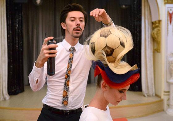 مصفف شعر روسي يبتكر تصفيفة شعر غريبة لكأس العالم! فيديو صورة رقم 1
