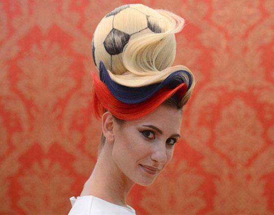 مصفف شعر روسي يبتكر تصفيفة شعر غريبة لكأس العالم! فيديو صورة رقم 2