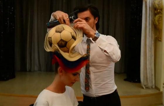 مصفف شعر روسي يبتكر تصفيفة شعر غريبة لكأس العالم! فيديو صورة رقم 4