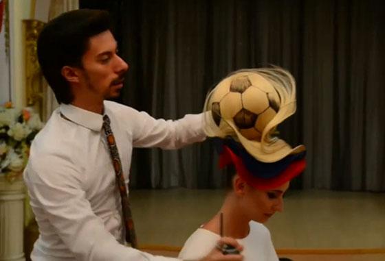 مصفف شعر روسي يبتكر تصفيفة شعر غريبة لكأس العالم! فيديو صورة رقم 5