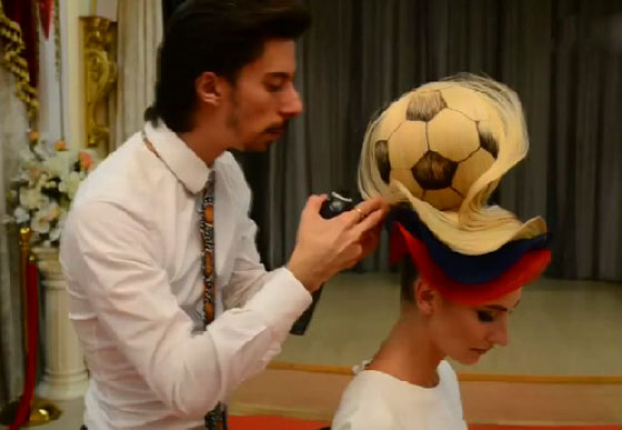 مصفف شعر روسي يبتكر تصفيفة شعر غريبة لكأس العالم! فيديو صورة رقم 6