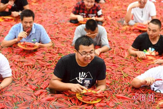 بالفيديو والصور.. مسابقة أكل الفلفل الحار مقابل الذهب بالصين صورة رقم 1