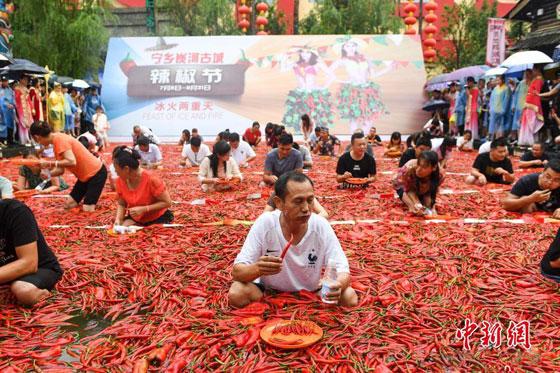 بالفيديو والصور.. مسابقة أكل الفلفل الحار مقابل الذهب بالصين صورة رقم 2