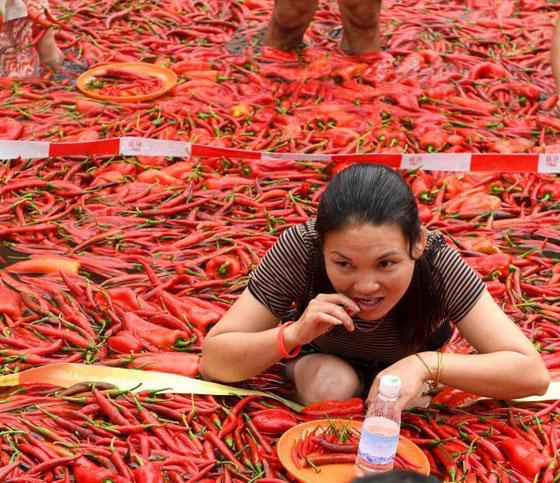 بالفيديو والصور.. مسابقة أكل الفلفل الحار مقابل الذهب بالصين صورة رقم 3