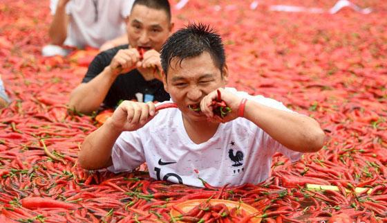 بالفيديو والصور.. مسابقة أكل الفلفل الحار مقابل الذهب بالصين صورة رقم 4