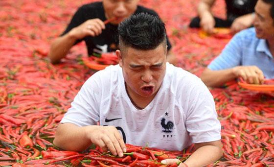 بالفيديو والصور.. مسابقة أكل الفلفل الحار مقابل الذهب بالصين صورة رقم 5