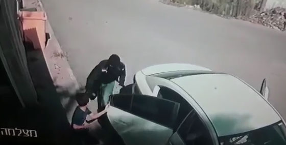 فيديو صادم: عصابة إسرائيلية تخطف طفلا فلسطينيا (7 سنوات) وتطلب فدية! صورة رقم 2