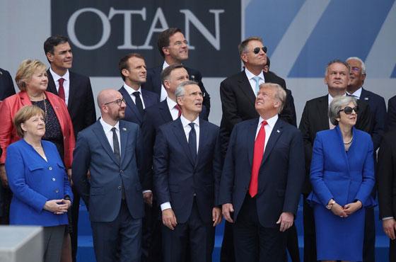 صورة قمة الناتو: كل قادة أوروبا ينظرون في اتجاه وترامب في اتجاه آخر! صورة رقم 1