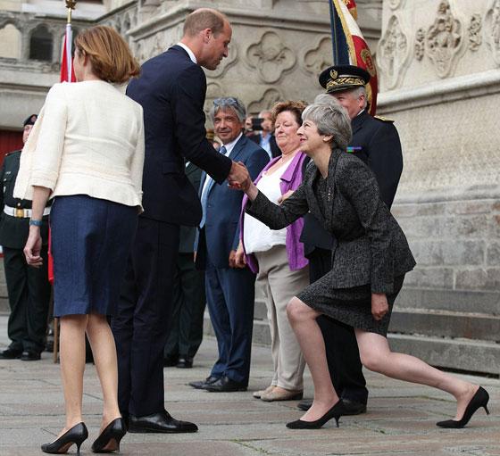 ما هو سر تحية تيريزا ماي الغريبة لأفراد العائلة المالكة البريطانية؟ صورة رقم 1