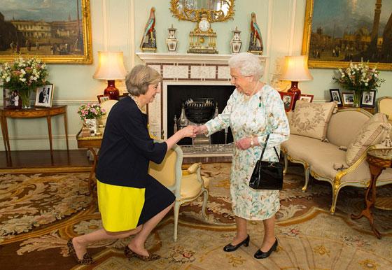 ما هو سر تحية تيريزا ماي الغريبة لأفراد العائلة المالكة البريطانية؟ صورة رقم 2
