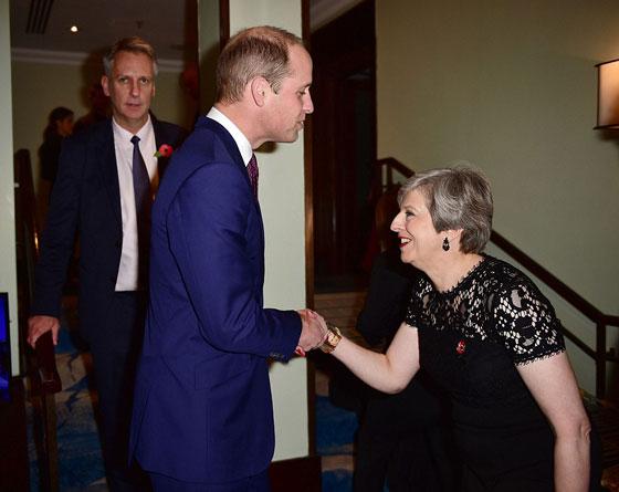 ما هو سر تحية تيريزا ماي الغريبة لأفراد العائلة المالكة البريطانية؟ صورة رقم 7