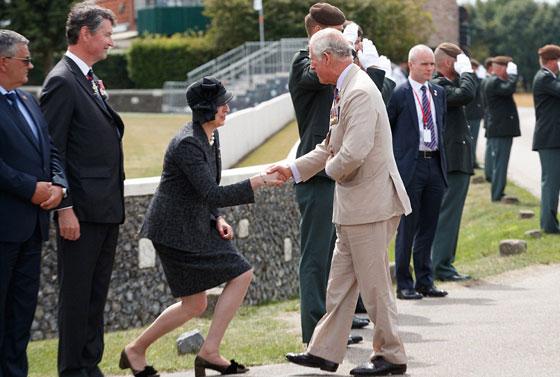 ما هو سر تحية تيريزا ماي الغريبة لأفراد العائلة المالكة البريطانية؟ صورة رقم 4