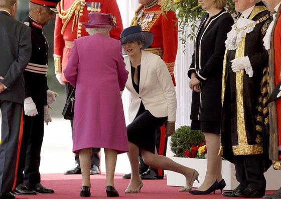 ما هو سر تحية تيريزا ماي الغريبة لأفراد العائلة المالكة البريطانية؟ صورة رقم 5