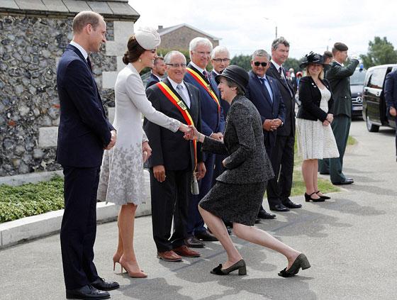 ما هو سر تحية تيريزا ماي الغريبة لأفراد العائلة المالكة البريطانية؟ صورة رقم 3