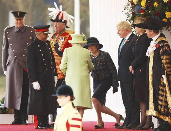 ما هو سر تحية تيريزا ماي الغريبة لأفراد العائلة المالكة البريطانية؟ صورة رقم 6