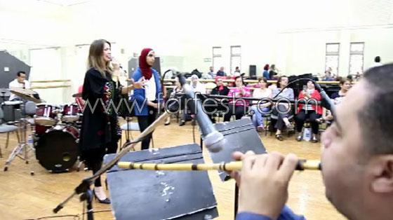 الفنانة الفلسطينية دلال أبو آمنة تبدع بمهرجان مصر والاحتلال يزعم أنها إسرائيلية! صورة رقم 3