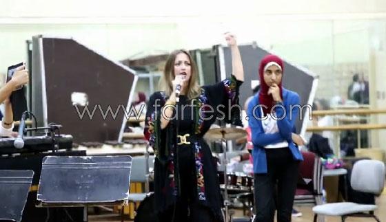 الفنانة الفلسطينية دلال أبو آمنة تبدع بمهرجان مصر والاحتلال يزعم أنها إسرائيلية! صورة رقم 6