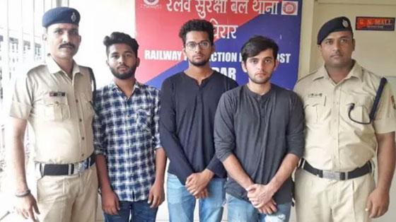 محكمة هندية تعاقب ثلاثة رجال بإلزامهم تنظيف محطة قطار بسبب تحدي كيكي! صورة رقم 1