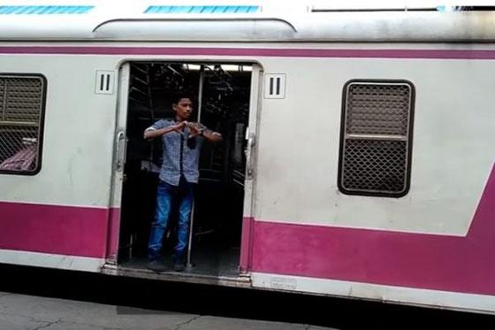 محكمة هندية تعاقب ثلاثة رجال بإلزامهم تنظيف محطة قطار بسبب تحدي كيكي! صورة رقم 8