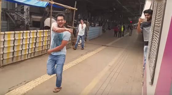 محكمة هندية تعاقب ثلاثة رجال بإلزامهم تنظيف محطة قطار بسبب تحدي كيكي! صورة رقم 5