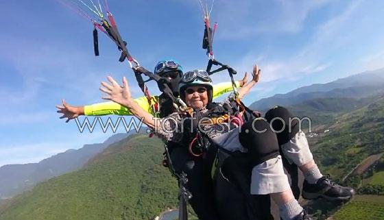 عجوز تايوانية (93 عاما) تقوم بمغامرة جنونية بجولة طيران مظلي صورة رقم 2
